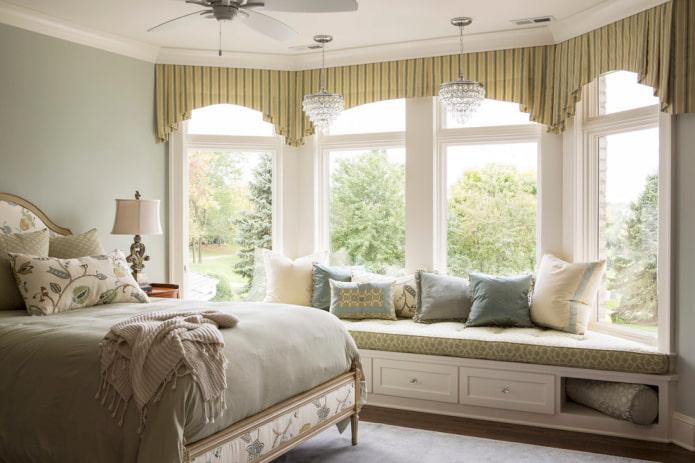 дугообразные ламбрекены в спальне