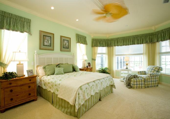 простой ламбрекен в интерьере спальни