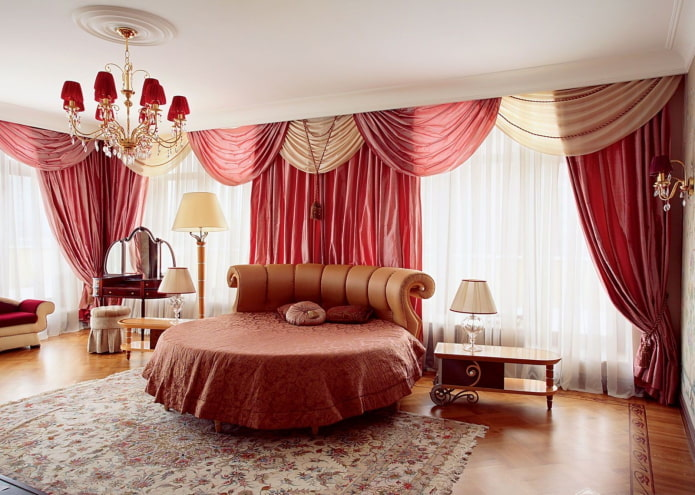ламбрекены из атласа в интерьере спальни
