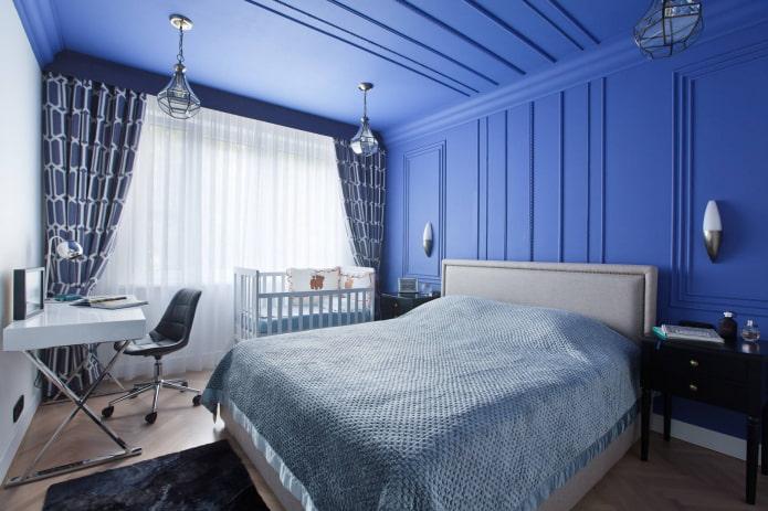 синий жесткий ламбрекен в интерьере спальни