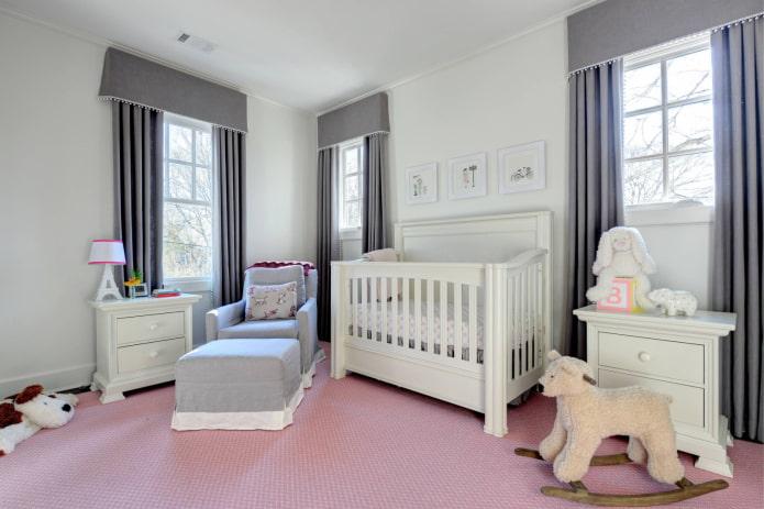 серые жесткие ламбрекены в детской комнате