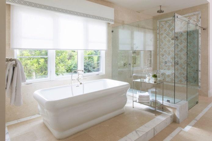 белый жесткий ламбрекен в интерьере ванной комнаты
