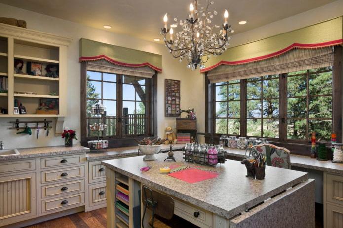 жесткие ламбрекены с кантом в интерьере кухни