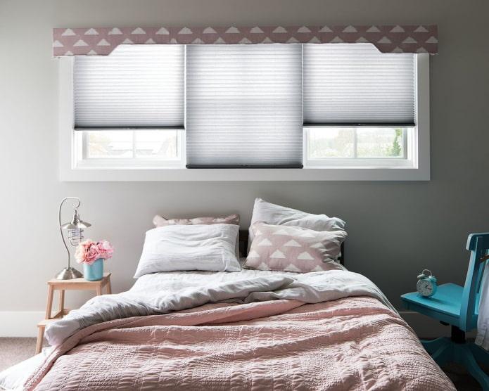 розовый жесткий ламбрекен в спальне