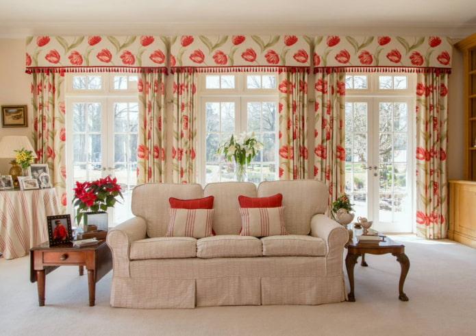 жесткие ламбрекены с цветами в гостиной