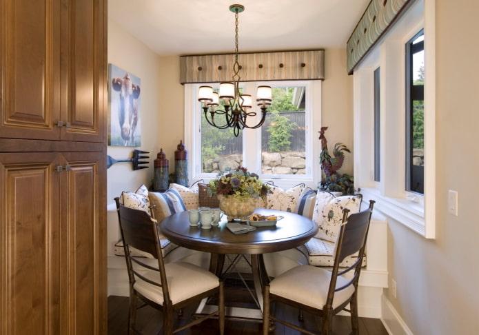 жесткий ламбрекен в интерьере маленькой кухни