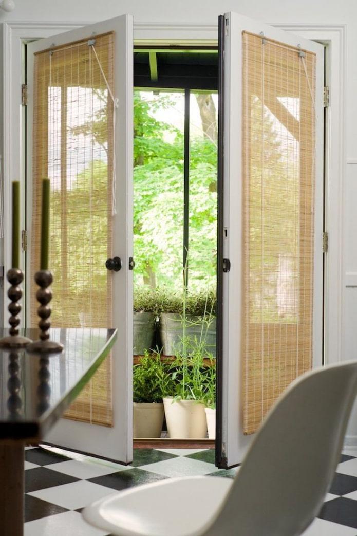 шторы из бамбука на дверном проеме