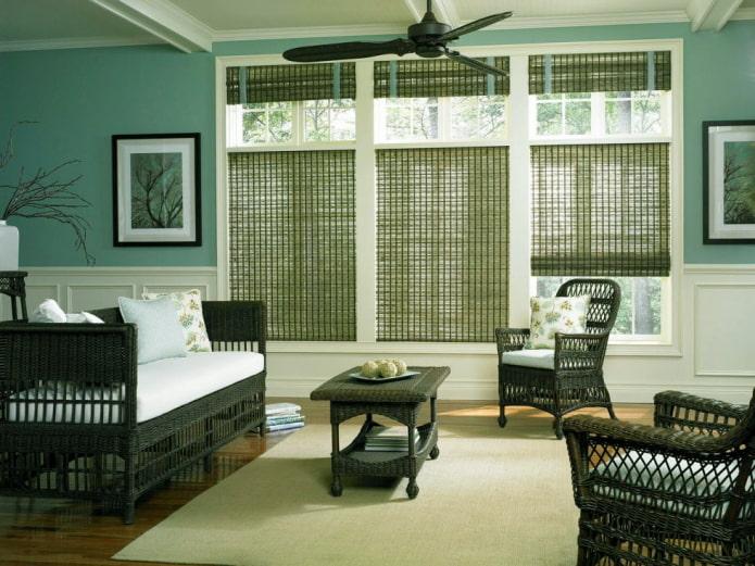 зеленые римские шторы из бамбука в интерьере