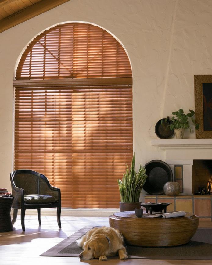 бамбуковые жалюзи на арочном окне