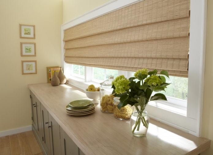 римские шторы из бамбука на кухне