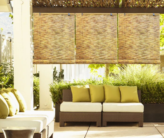 рулонные шторы из бамбука в беседке