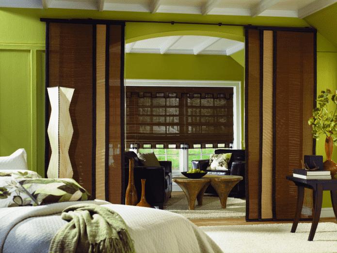 зонирование комнаты японскими панелями из бамбука