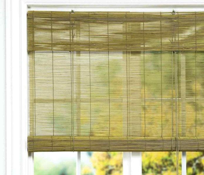 зеленые рулонные шторы из бамбука