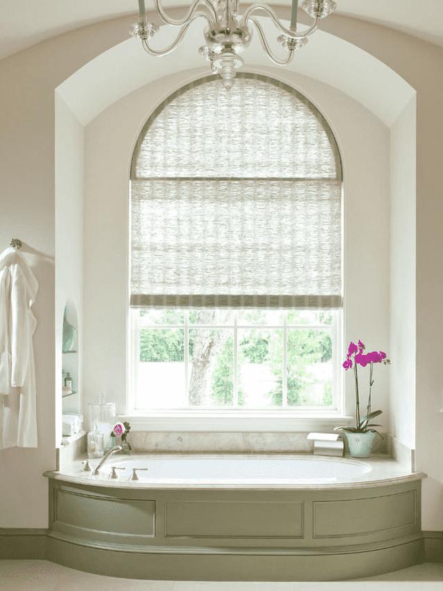 бамбуковые рулонные шторы на арочном окне