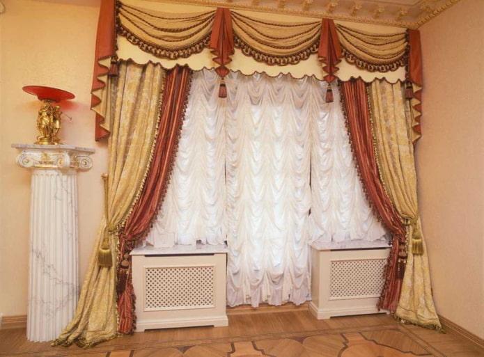французские шторы на окне с балконной дверью