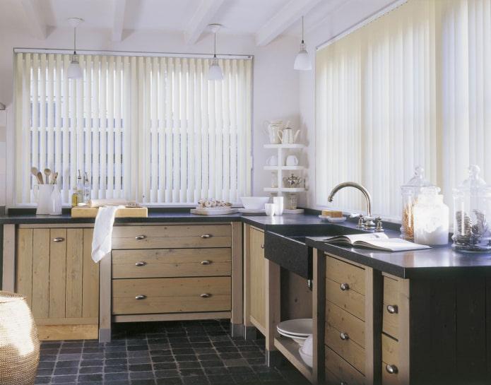 вертикальные жалюзи в интерьере кухни