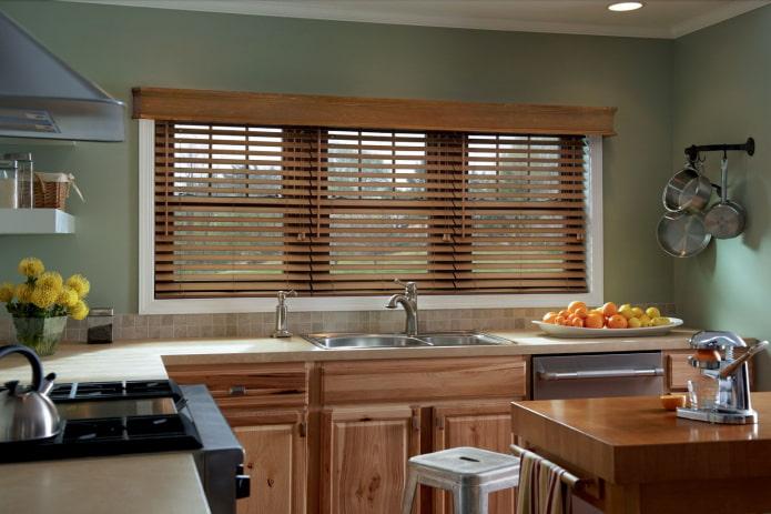 жалюзи из дерева в интерьере кухни