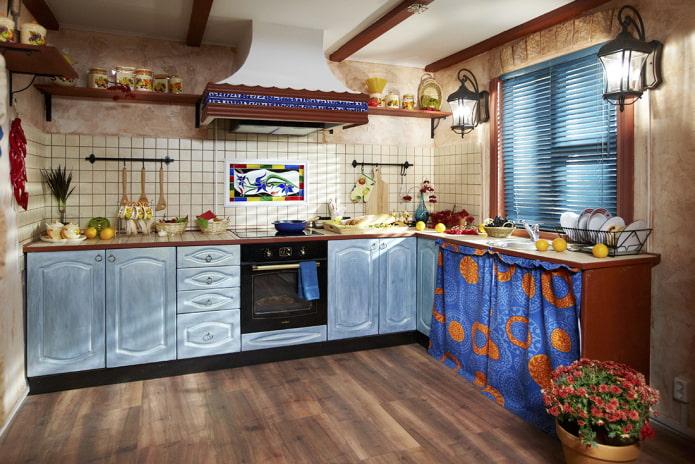 жалюзи в интерьере кухни в стиле кантри