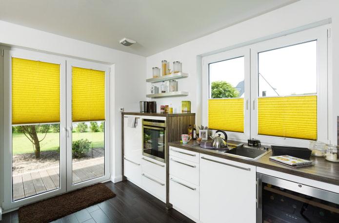 плиссе желтого цвета в интерьере кухни