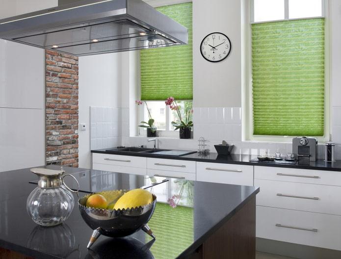 плиссе зеленого цвета в интерьере кухни