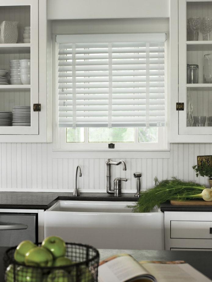 белые жалюзи в интерьере кухни