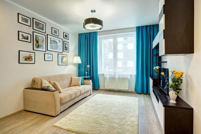 ярко-голубая штора в гостиной
