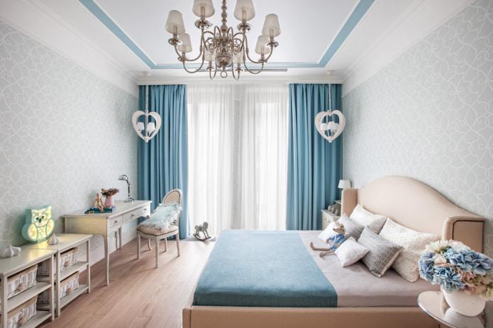 спальня с голубыми портьерами