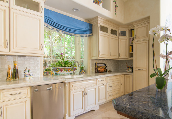 голубая штора на кухне