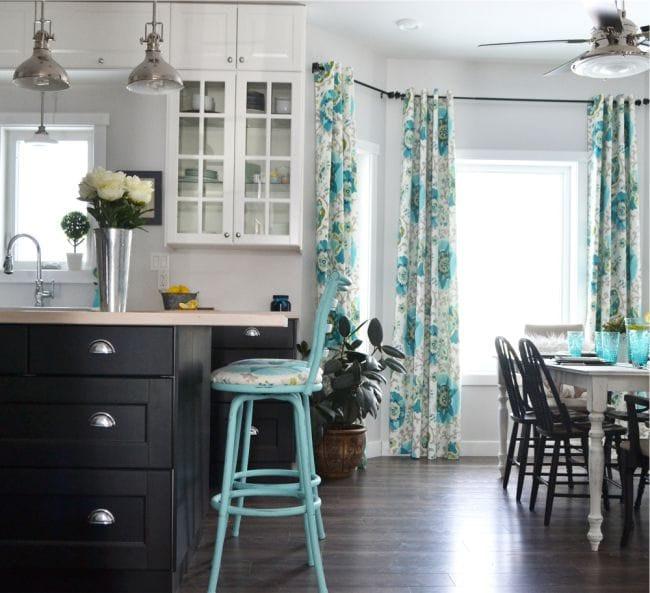 занавески на люверсах на кухне
