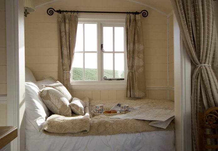 карниз со шторами в интерьере спальни