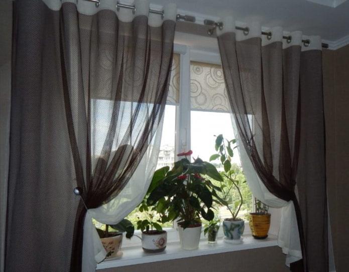 сочетания тюля с рулонными шторами