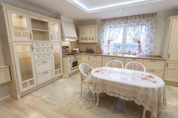 короткие занавески на кухне в стиле прованс