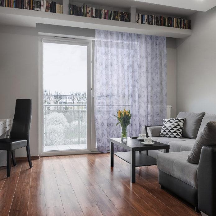 гостиная с балконной дверью
