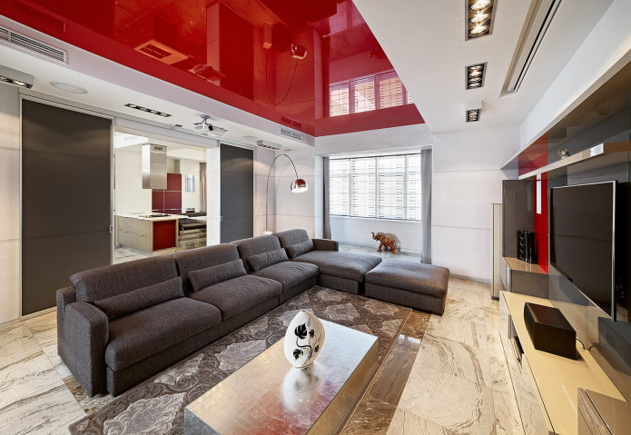 просторная красно-белая гостиная