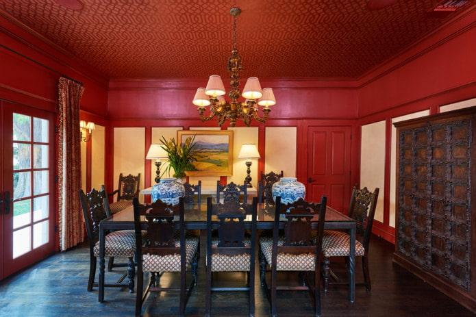 красная столовая с узорами на потолке