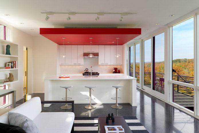 потолок с нишей и панорамными окнами