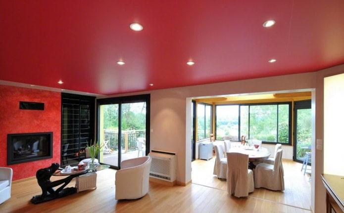 сатиновый потолок с точечными светильниками
