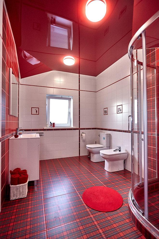 красный глянцевый натяжной потолок в туалете
