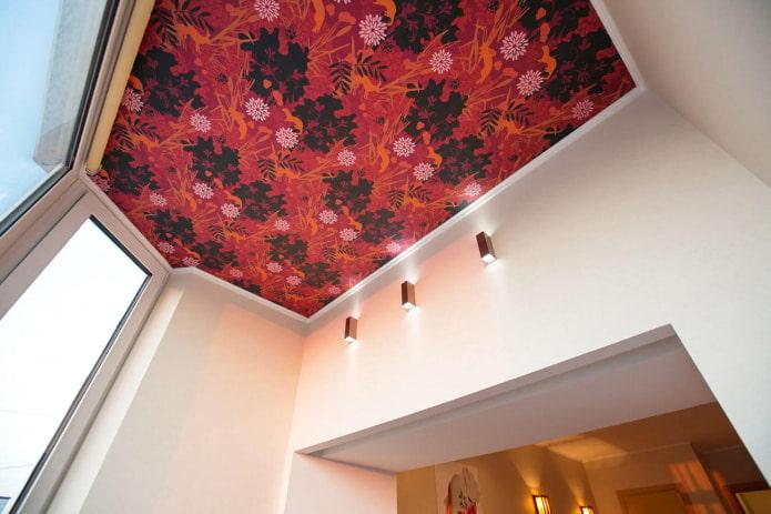 красные обои в цветочек на потолке