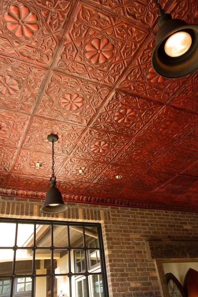 темно-красная плитка на потолке