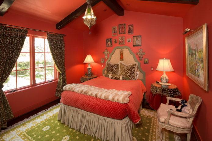 красная спальня в интерьере загородного дома