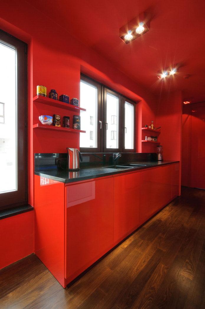 полностью красная кухня с деревянным полом