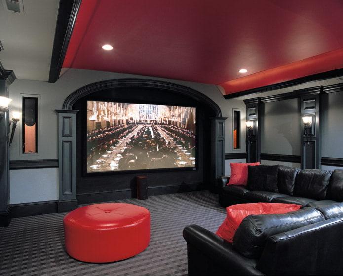 красная арка с серыми стенами и потолком