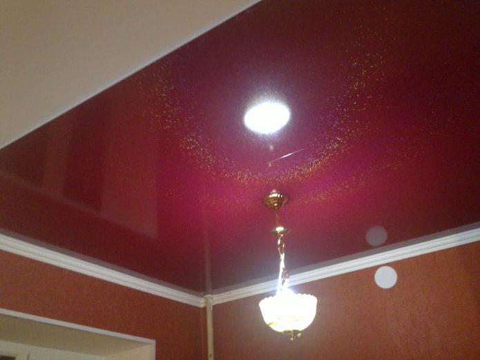 потолок с золотыми блестками