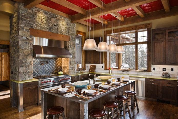 блестящий потолок с деревянными балками