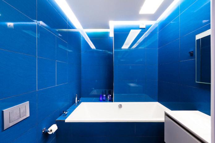 ярко-синяя плитка в ванной
