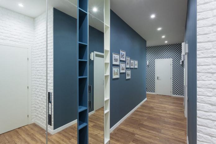современный дизайн прихожей в бело-синем цвете
