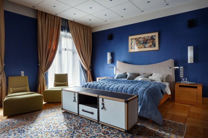 синий плед на кровати
