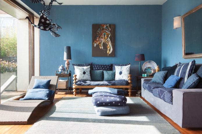 синие подушки на диване