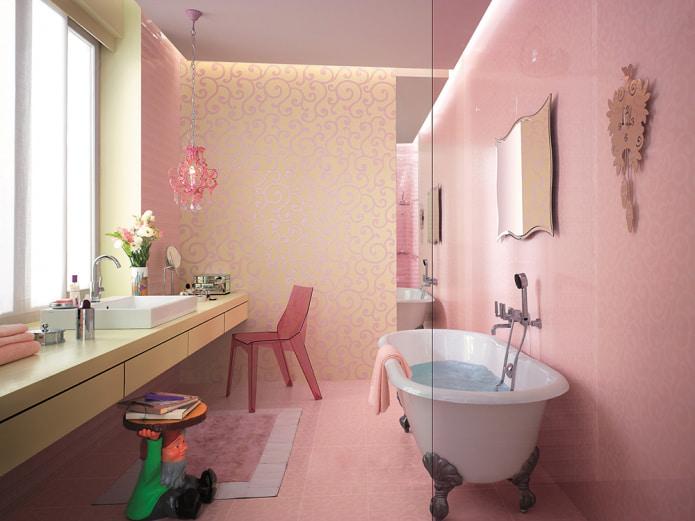 ванная комната с отделкой из розового кафеля